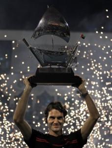 Federer in trionfo 228x300 FEDERER PREDONE NEL DESERTO DEL DUBAI